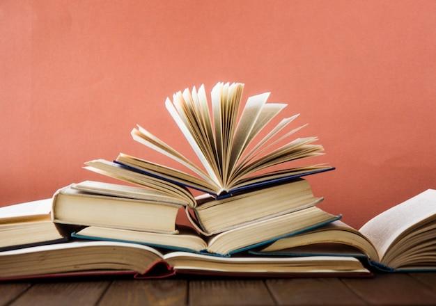 世界の本の日。カラフルな本のスタック。教育の背景。学校に戻る。教育ビジネスコンセプト。テキストのスペースをコピー