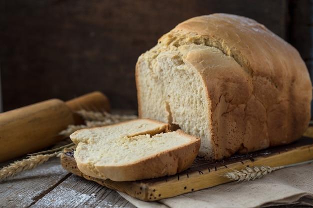 Свежий домашний хрустящий хлеб на деревянной стене. французский хлеб на закваске. пресный