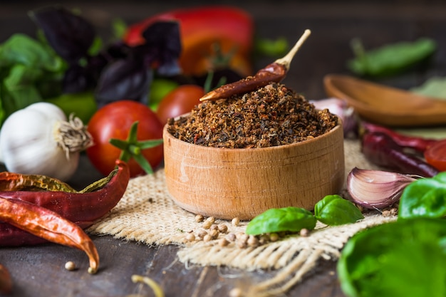 Кучи различных молотых специй на деревянной стене. грузинские специи, индийские специи, арабские специи. разнообразие специй. травы и специи