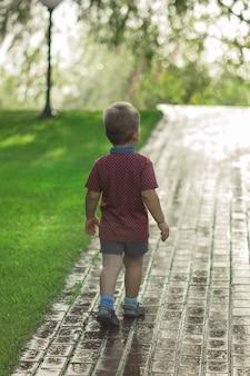 Милый белокурый светловолосый малыш маленький ребенок малыш бежит назад