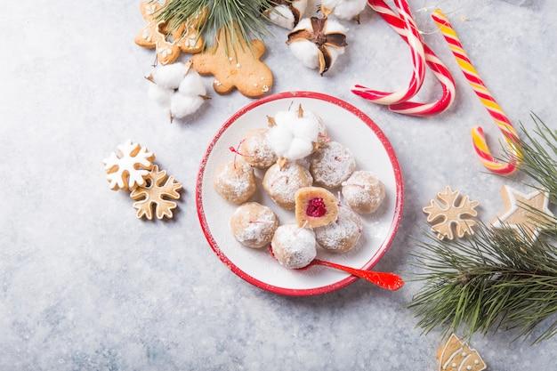 デザートテーブルの上のクリスマスの甘いお菓子
