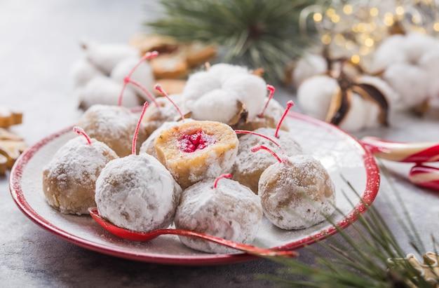 Рождественские сладкие конфеты на десертном столе