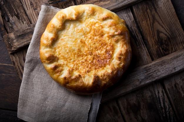 美味しい柔らかい生地から作られたメグレリアンカチャプリは、溶けた焦げたイメレチアンチーズとバターをクローズアップしたものです。