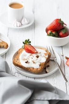 Тост с фруктами клубникой, мятой и творогом на завтрак.