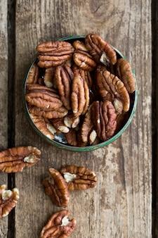 Миска с органическими очищенными орехами пекан
