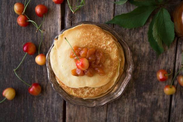 甘いフレンチとロシア風の自家製パンケーキクレープ。ジャムとレイヤードのクレープケーキ