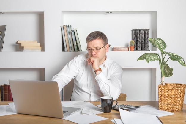 Бизнесмен работает на столе в офисе домашнего бизнеса