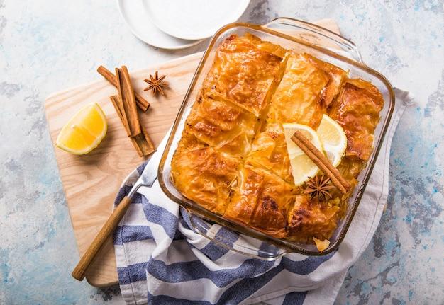 「ガラクトボウレコ」またはブガッツァのカスタードギリシャの伝統的なデザートをシロップで鍋で焼いたもの。クローズアップギリシャの甘い食べ物