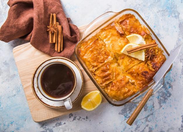 「ガラクトボウレコ」またはブガッツァのカスタードギリシャの伝統的なデザートをシロップで鍋で焼いたもの。