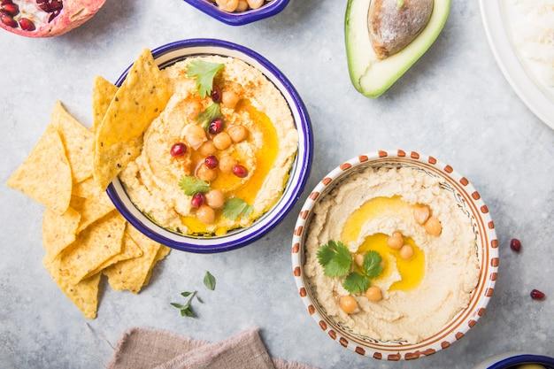 Прямо над выстрелом хумуса или гумуса в миске на столе. веганская пища на растительной основе