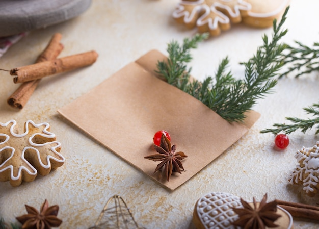 白い背景の上のクリスマスお祝い冬グリーティングカード