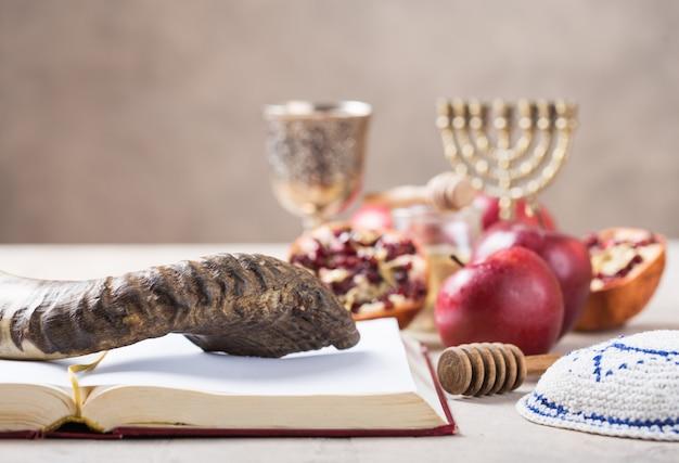 Еврейский праздник рош ха-шана фон с медом и кусочки яблока на деревянный стол.