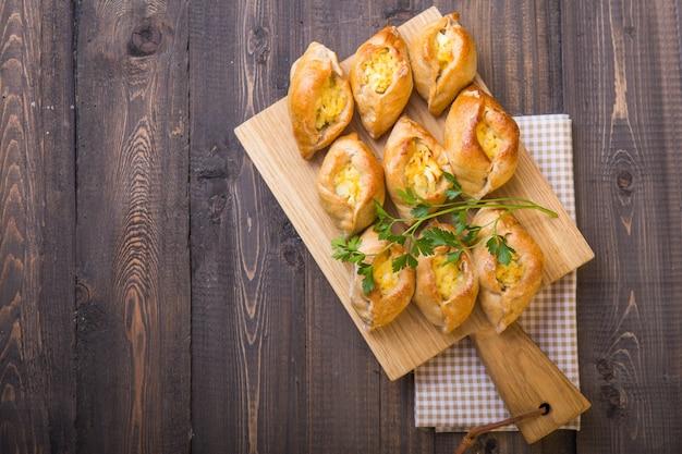 魚の詰め物とご飯、卵とラステガイパイ。ロシア料理の伝統的な食事。