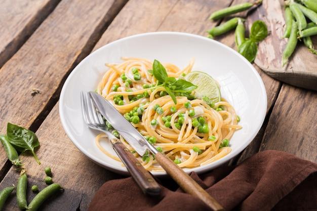 イタリアンパスタカシオエペペ-チーズとグリーンピースのスパゲッティ