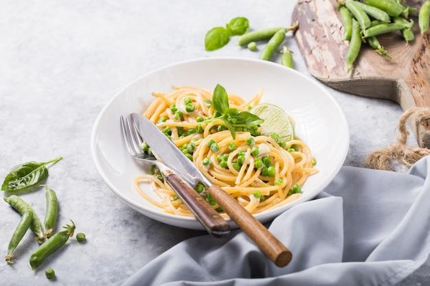 イタリアンパスタカチョペペ-チーズとグリーンピースのスパゲッティ