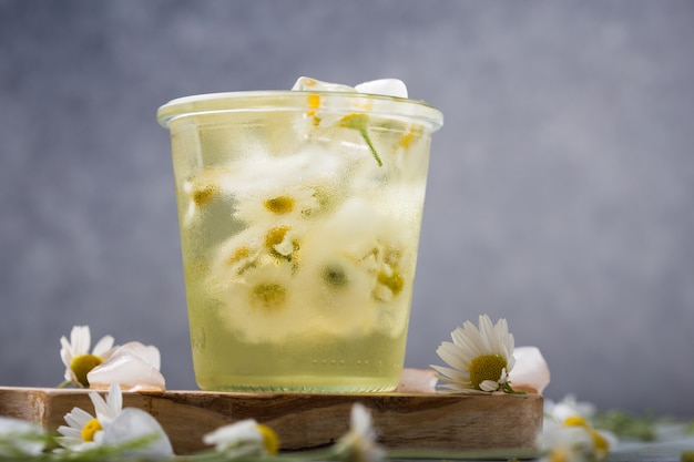 カモミールの花とブージーの長いアイスティー