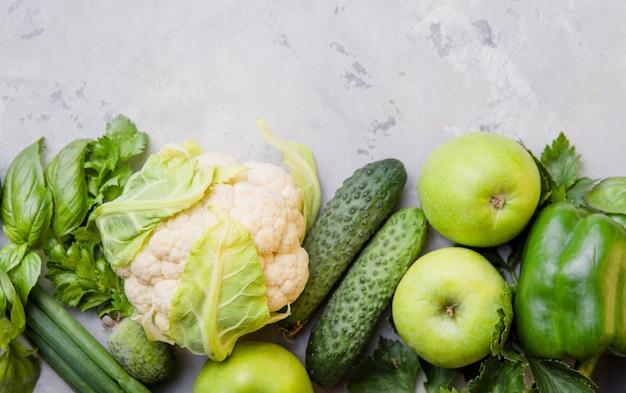Концепция здорового вегетарианского питания, выбор свежих зеленых продуктов для детоксикации, цветная капуста, яблоко, огурец, фейхоа, шпинат,