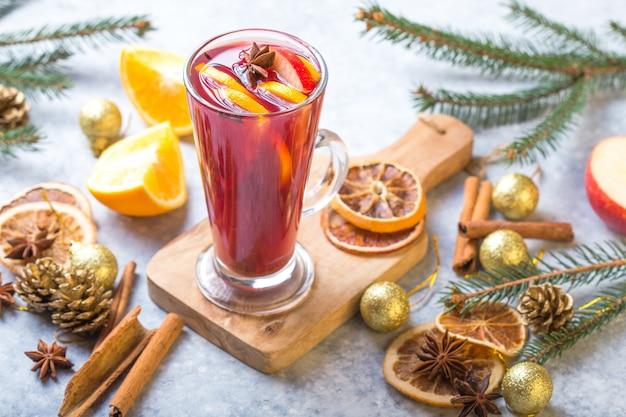 オレンジ色のシナモンスターアニススパイスとのパーティーのようなクリスマスホットワインおいしい休日。