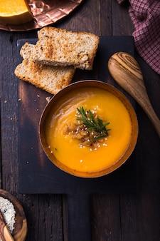 自家製オータムバターナットスカッシュパンプキンクリームスープパンと種子。