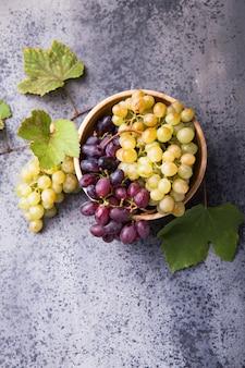 健康的な果物の石の表面の赤と白ワイン用ブドウ