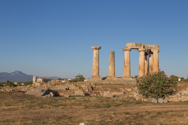 夏の間にギリシャの古代コリントスのビュー