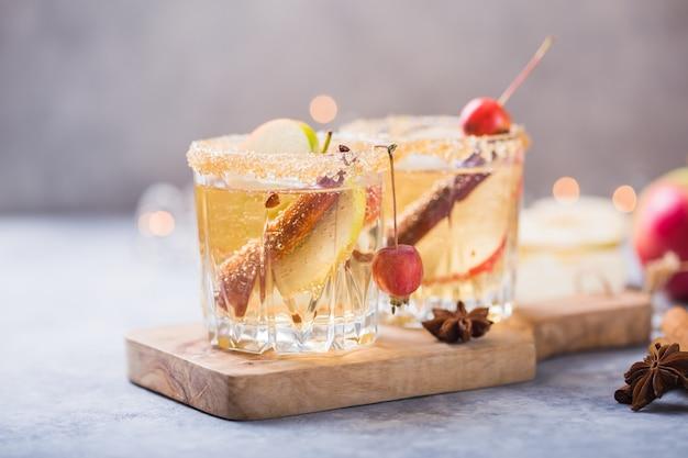 クリスマススパイシーアップルサイダーまたはパンチ飲料。季節ごとのグリュー伝統的な秋、冬の飲み物、カクテル、アップル、シナモン、アニス。