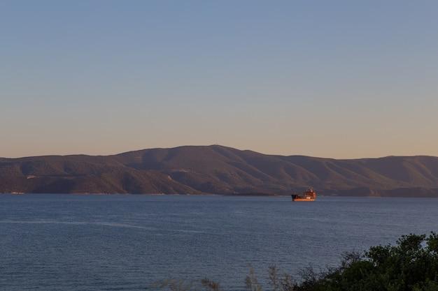 地平線の素晴らしい海の景色。ギリシャ。空中水平カラー写真