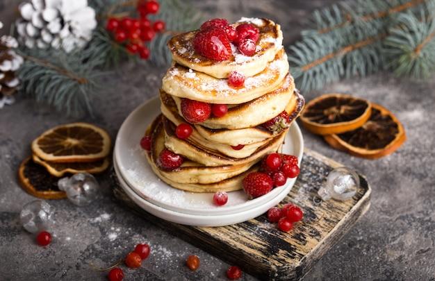白い石、クリスマスデザートにベリーのパンケーキ。 。パンケーキのスタック