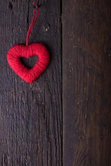 バレンタイン。愛。バレンタインのポストカード。母の日とバレンタインの日のコンセプトが大好きです。木製の背景に幸せなバレンタインデーの心。テキスト用のスペースとバレンタインカード