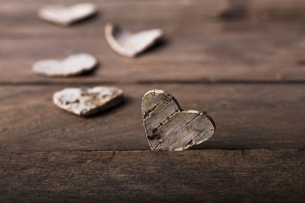Валентина. любовь. открытка ко дню святого валентина. концепция любви на день матери и день святого валентина. с днем святого валентина сердца на деревянных фоне. валентинка с пространством для текста