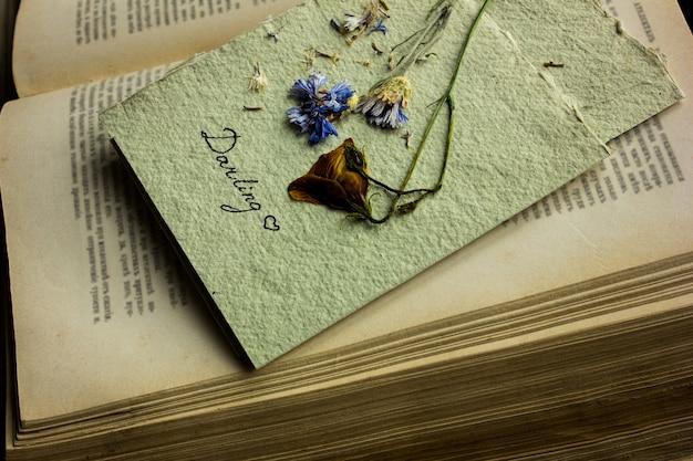 Открытка из сухоцветов. открытка ко дню святого валентина. концепция любви на день матери с пространством для текста