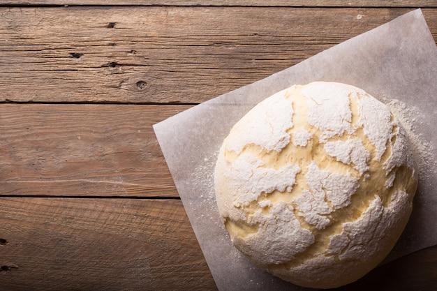 Приготовление теста по рецептуре хлеба, пиццы или пирога. продукты питания.