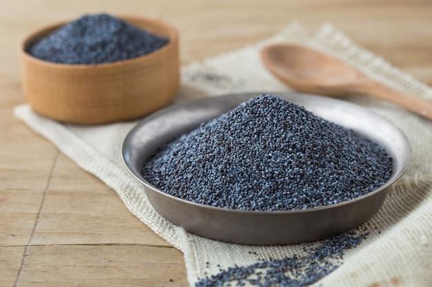 乾燥したケシの実と種子。青いケシ。乾燥したケシの実と種子。ボウルに青いケシ