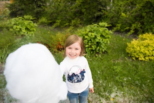 少女と綿菓子。公園での休日