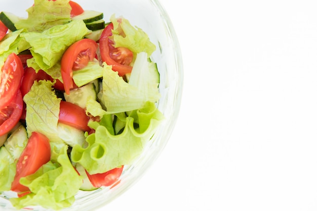 セラミックボウルにバジルの葉と新鮮なトマト。手作りの料理。象徴的なイメージ。美味しくてヘルシーな前菜のコンセプト。