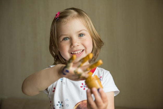 Маленькая девочка, живопись с ее пальцами. выборочный фокус