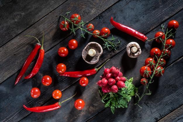 古い木製の背景にある新鮮な野菜