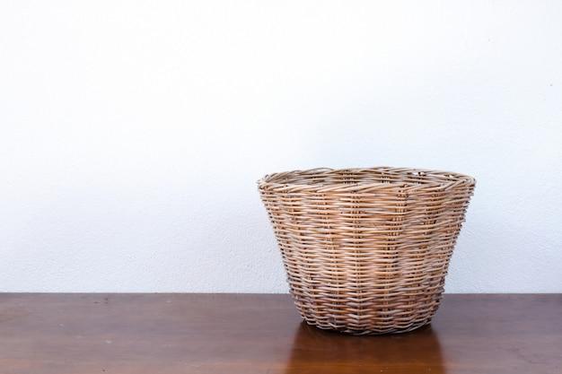 木製のテーブルに空の枝編み細工品バスケット