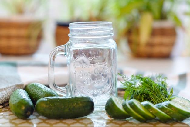 Процесс приготовления свежих соков или огуречных смузи, детокс смузи и соков, диета для похудения