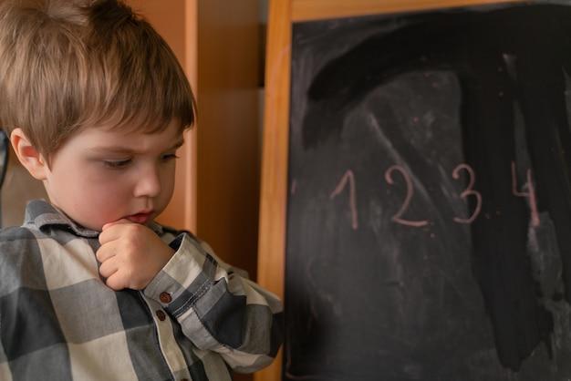 数字が書かれている教育委員会の近くに子供が立っています