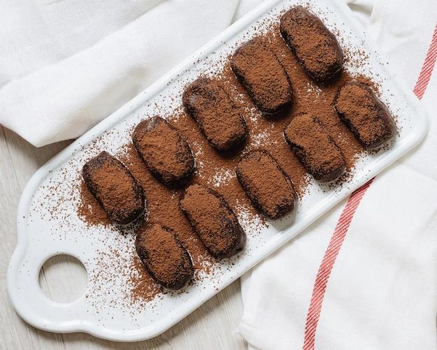 Шоколад и печенье. шоколадный торт. белый фон и полотенце