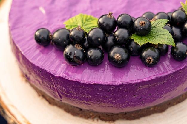 紫色のクリームとフルーツのケーキ