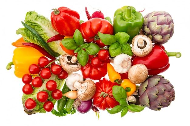 Свежие овощи и травы, изолированные на белом