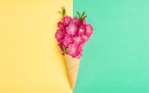 Вафельный рожок мороженого с цветком персикового дерева розовые цветы