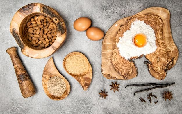 卵と木の板に小麦粉