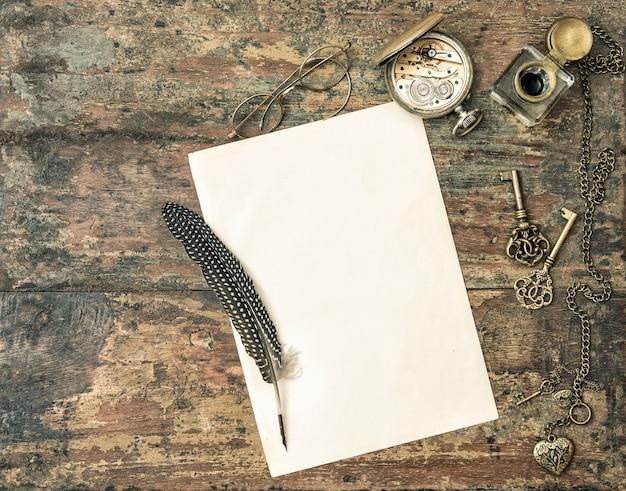 古紙とアンティークの筆記用具。ビンテージ・スタイル