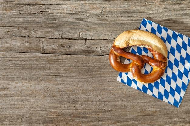 Баварский хлеб крендель старинные деревянные доски фон