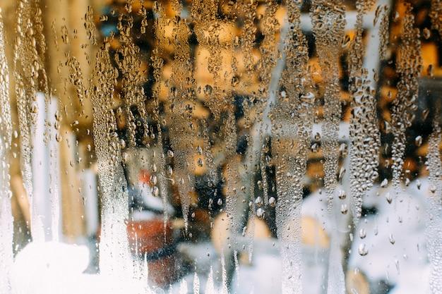 Капли на стекле