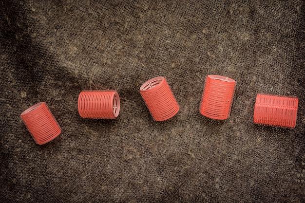 スカーフに大きな丸い赤いカーラー