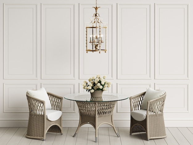 古典的なインテリアの庭の家具。ラタンの椅子、テーブル、バラの花瓶